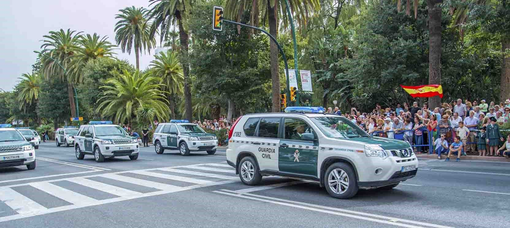 carros de la guardia civil en un desfile